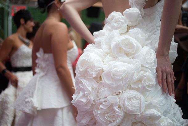 В Нью-Йорке прошло дефиле свадебных платьев из туалетной бумаги